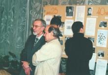 40-летие лаборатории  (2002г). У юбилейного стенда  С.Г.Новиков и В.И. Лезин
